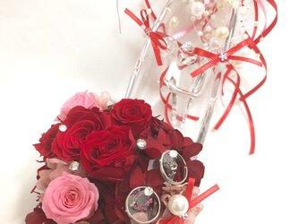 【ガラスの靴リングピロー/プリザーブドフラワー/赤い薔薇とリボンとパールのプリンセスの祝福/リボンラッピング付き】の画像