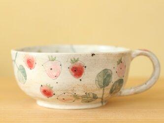 粉引き 赤とピンクのイチゴのカップ。の画像