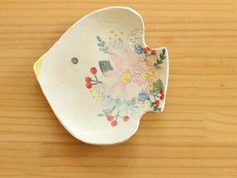 粉引とり形にお花のお皿。の画像
