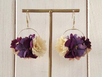 染め花のフープピアス(M・パープル&オフホワイト)の画像