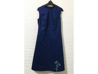 裾に植物刺繍のノースリーブワンピースの画像