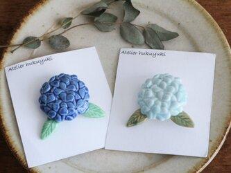 ブローチ 磁器で作ったひとつ紫陽花 ( 青色・空色 )の画像