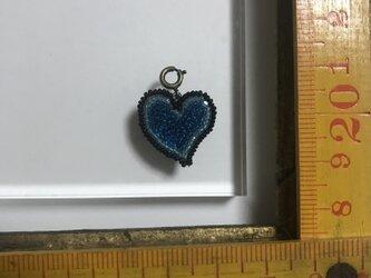 「ハートチャーム 大 ブルー」 *リュネビル刺繍ブローチの画像