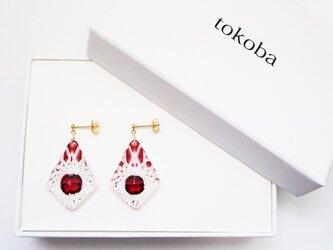 tokoba ピラミッド・ピアス 赤 くもの巣(K18)の画像