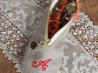 ちょっと贅沢に 真紅のイニシャル刺繍とリネンと牛革のバレエシューズポーチの画像