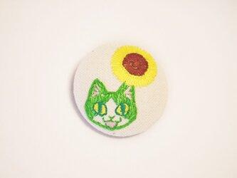 くるみボタンの刺繍ブローチ(ひまわり)の画像