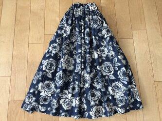 綿ローン白バラ柄スカート(ネイビー地)の画像