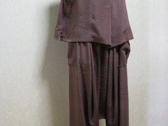 着物リメイク。茶系の小紋羽織からベストとサルエルパンツの組み合わせの画像