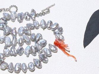 パールと珊瑚のネックレスの画像