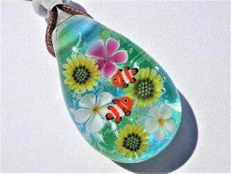 《ひまわりとプルメリアとカクレクマノミ》 ペンダント ガラス とんぼ玉 向日葵 夏の画像