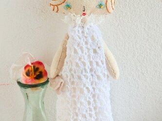 白いレースのドレス(お嬢さん)の画像