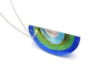 ガラスと銀箔のペンダント(青色)の画像