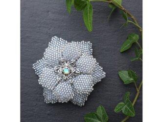 アイスブルーのビーズで編んだ花のブローチの画像