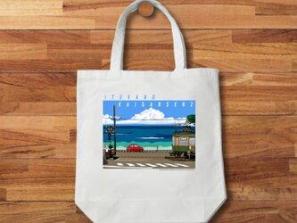 トートバッグ 湘南イラスト「いつかの海岸線2」(鎌倉高校前踏切を走る江ノ電とフィアット500)の画像