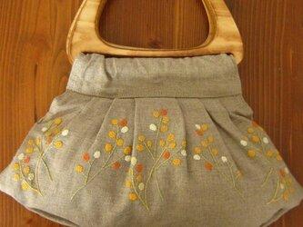木の持ち手の手刺繍バッグの画像