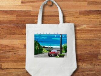 湘南イラスト・トートバッグ「Sevenmile-Hills」湘南の海岸線を走る江ノ電とシボレーコルベットのイラスト♪の画像
