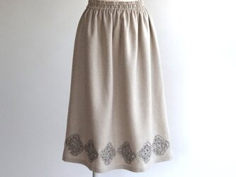 リネン・モチーフで飾るギャザースカート・生成りの画像