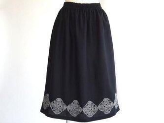 リネン・モチーフで飾るギャザースカート・ブラックの画像