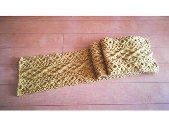 マスタード色の縄編みマフラーの画像
