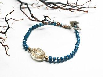 デッドストックロザリオパーツと藍色アンティークビーズのブレスの画像