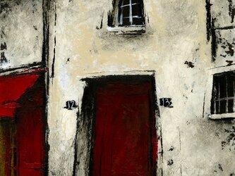 赤い扉のある通りの画像