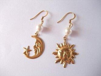 太陽と月ピアスの画像