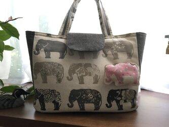 グレーの象たち・・A4がすっぽりトート☆マスコット付きの画像