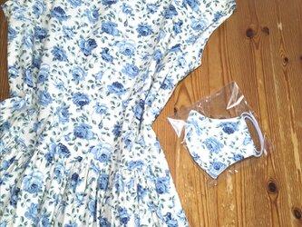 浅めの衿あきにフレンチ袖のワンピース(ブルー)の画像