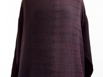 二重ガーゼ・ボートネック長袖トップス(縦絞り染・赤紫色濃淡)の画像