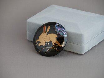 本漆塗 月に兎蒔絵ブローチの画像