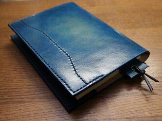 【送料無料】【名入れ可】手染めの本革ブックカバー・文庫版【しおり付】【青】の画像