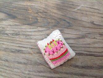 バースデイケーキ食べたいよブローチの画像