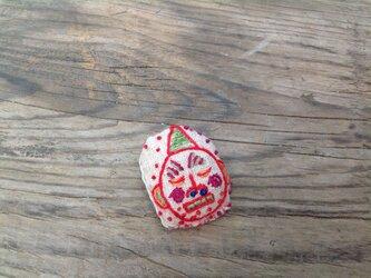 ねむい赤鬼ブローチの画像