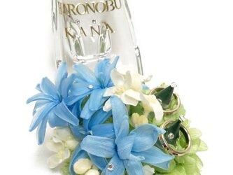 【プリザーブドフラワー/ガラスの靴リングピロー】クリアなガラスの靴にブルーと白と淡いグリーンの花たちの祝福を飾っての画像