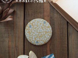 小さな布のハンドミラー【木の実と小さな蝶】の画像