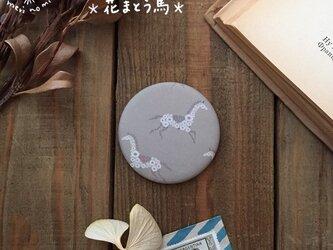 小さな布のハンドミラー【花まとう馬】の画像