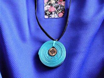 布で作ったネックレス 渦巻 青(ターコイズブルー)の画像
