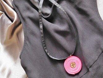 布で作ったネックレス 渦巻 マゼンタピンクの画像