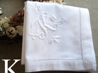 Aging手刺繍イニシャルハンカチ ホワイトKの画像