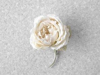 静かなオフホワイトの薔薇 M * シルク絖製 * コサージュの画像