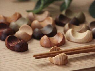 木の箸置き 5個セット 豆形 ミニサイズ 木の種類いろいろの画像