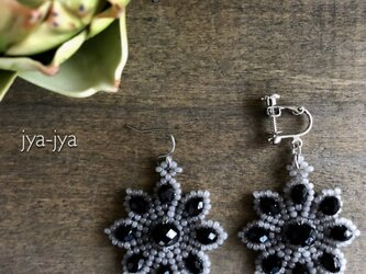 beads earrings - flower grayの画像