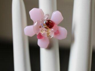 ベビーピンクのお花*ガラスのリングの画像