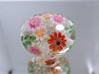 ガーベラのとんぼ玉(ガラス玉)の画像