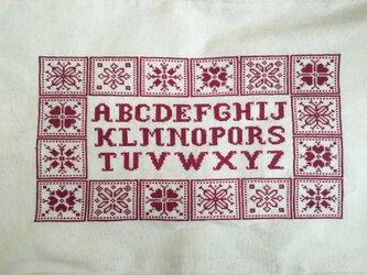 クロスステッチアルファベットサンプラーマット(パッチワーク調)の画像