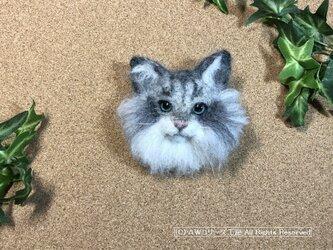 羊毛フェルトの猫ブローチ(ノルウェージャン・フォレスト・キャット:シルバータビー)の画像
