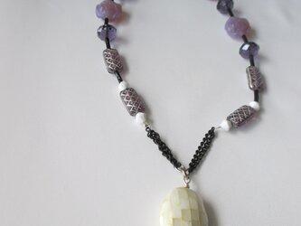 淡いヴァイオレットカラーのネックレス   の画像