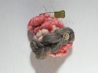 帽子にも合う weaving ブローチ (赤×ピンクベージュ マーブル)の画像