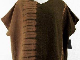 ノースリーブのVネック・コットントップス(縦絞り染・赤茶色濃淡)の画像
