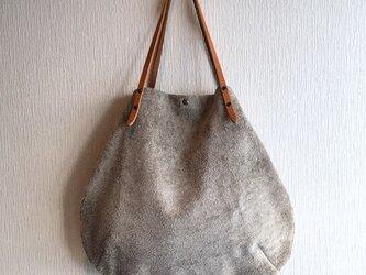 「本革」アンゴラベロアと極厚オイルヌメの丸型トートバッグ【ベージュ】の画像